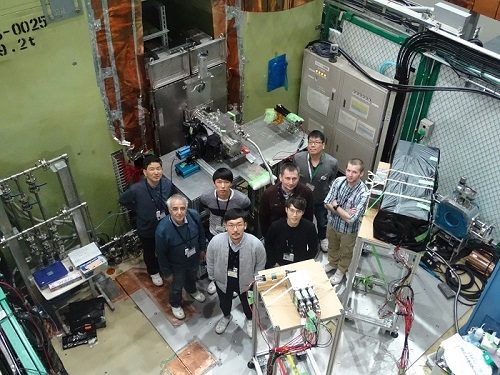 Научная группа ИЯФ СО РАН и коллеги из J PARС во время испытаний прототипа детектора. Фотография Б. Шварца